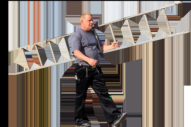 Dachdeckermeister Völker im Einsatz mit Leiter
